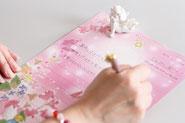 ピンクの紙とペン